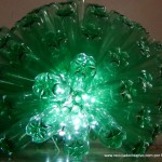 Lámpara realizada con 125 botellas de plástico recicladas de color verde - Lamp made out of 125 recycled plastic bottles
