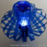 Lámpara realizada con dos botellas de plástico pet azules. Lamp made out of 2 recycled plastic bottles. Rosa Montesa. Reciclado Creativo
