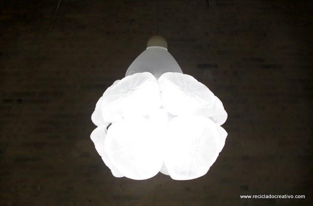 Lámpara con garrafas plástico reciclado -botellas de plástico- Lamps out of recycled plastic bottles Reciclado Creativo https://www.youtube.com/watch?v=QlA1nuaGgks