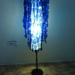 Lampara de pie Chandelier con botellas de plástico pet por Reciclado Creativo. Rosa Montesa