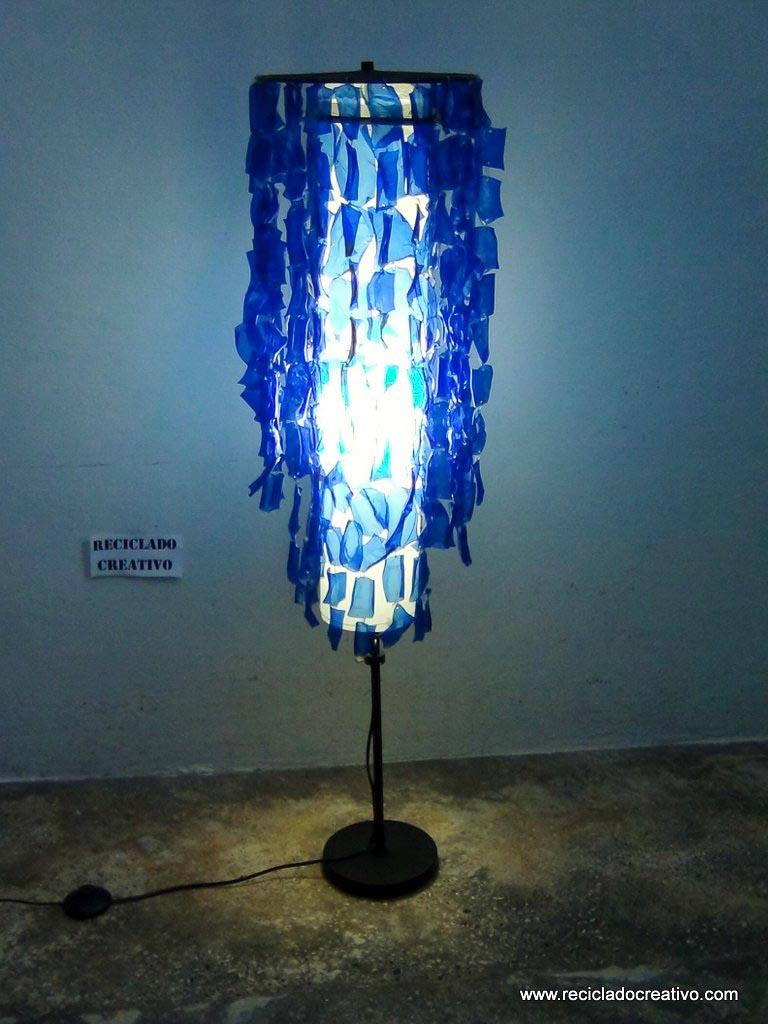 Lampara de pie Chandelier con botellas de plástico pet por Reciclado Creativo. Rosa Montesa