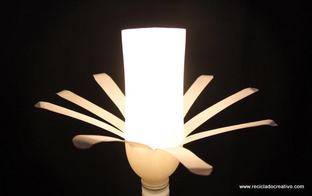 Cómo hacer una lámpara con botellas de yogourt - Reciclado Creativo. Rosa Montesa - How to make a lamp with two white plastic bottles