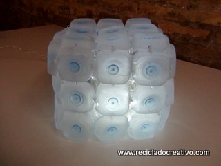 Cómo realizar una lámpara reciclando 45 botellas de plástico pequeñas - Lamp made out of 45 recycled plastic bottles Reciclado Creativo Rosa Montesa https://www.youtube.com/watch?v=gl1RU7tAwgc