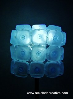 Cómo realizar una lámpara reciclando 45 botellas de plástico pequeñas - Lamp made out of 45 recycled plastic bottles Reciclado Creativo Rosa Montesa