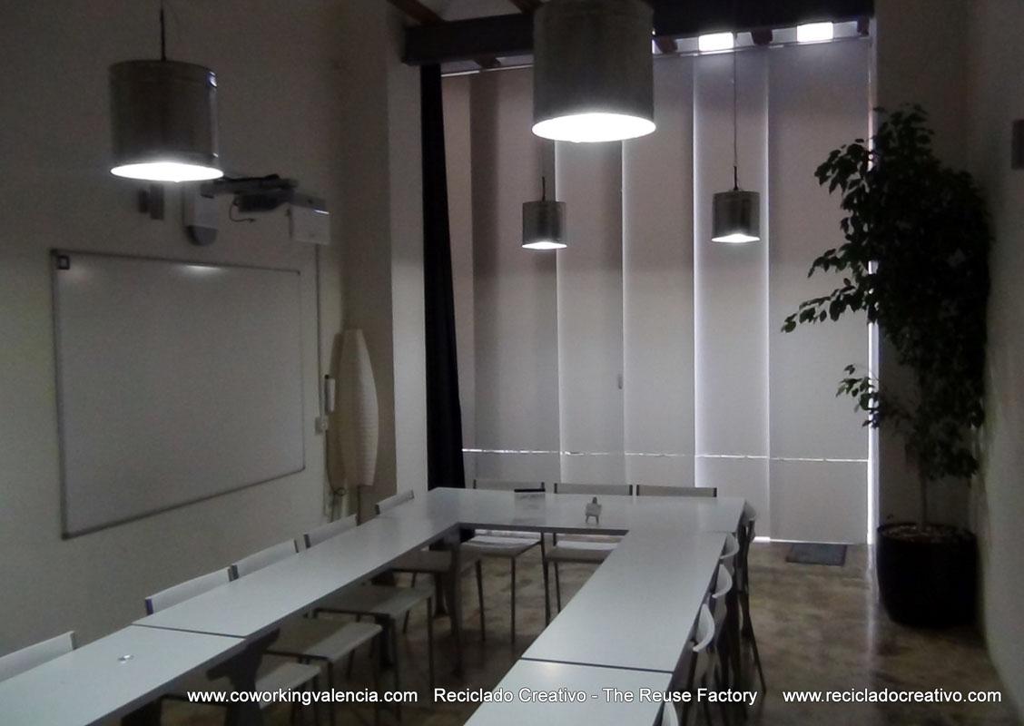 Lámparas realizadas con botes de metal de pintura, en CoworkingValencia