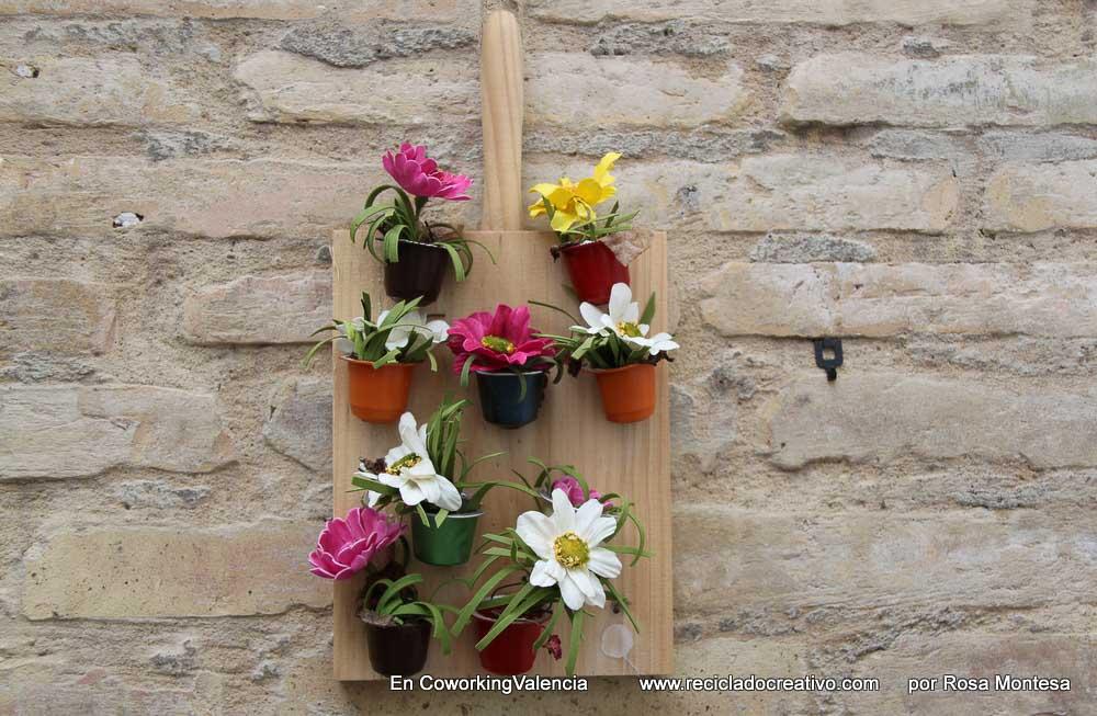 Mini jardín vertical cápsulas Proyectos de RecicladoCreativo.com en Coworking Valencia