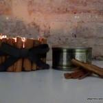Portavelas con ramitas de canela, reciclando latas de atún