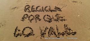 Recicla, por que lo vale  Frases de Reciclado Creativo en la arena (8)