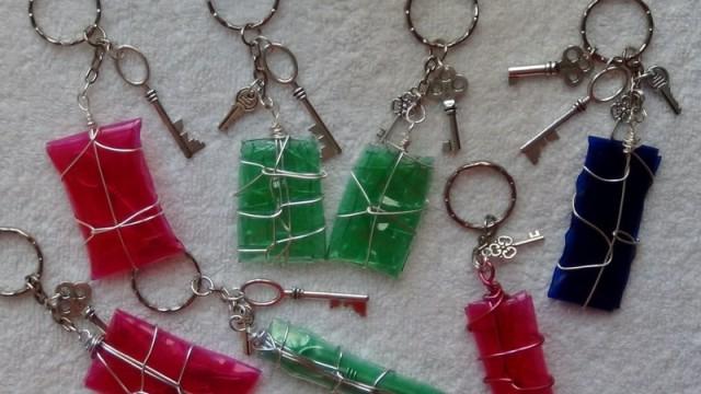 Llaveros realizados con plástico de botellas y una plancha de ropa