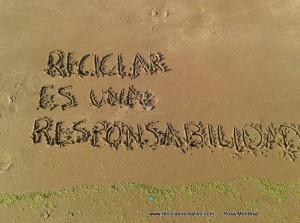 Reciclar es una responsabilidadFrases de Reciclado Creativo en la arena (1)