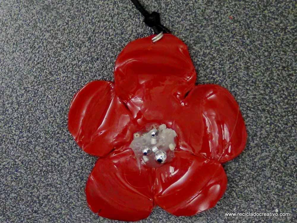 Flor roja realizada con la base de una botella de plástico
