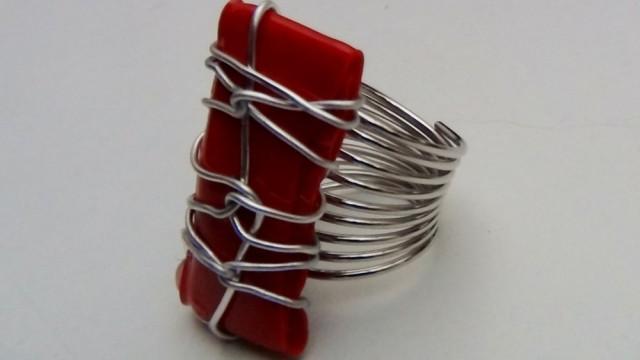 anillo con una botella de plástico