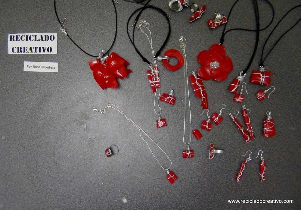 colgante y pendientes de color rojo con una botella de pllástico