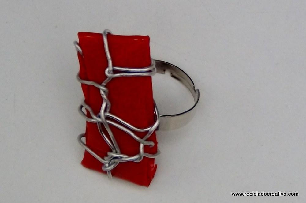 Bisutería en color rojo, realizada reciclando botellas de plástico