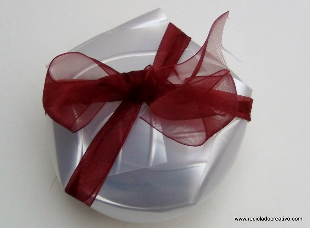 Caja de regalo reciclando la base de una botella de plástico
