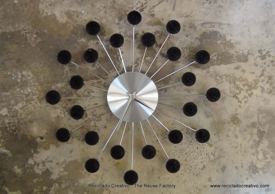 Wall Clock with recycled Dolce Gusto coffee capsules - Reloj de pared con capsulas de cafe Dolce Gusto