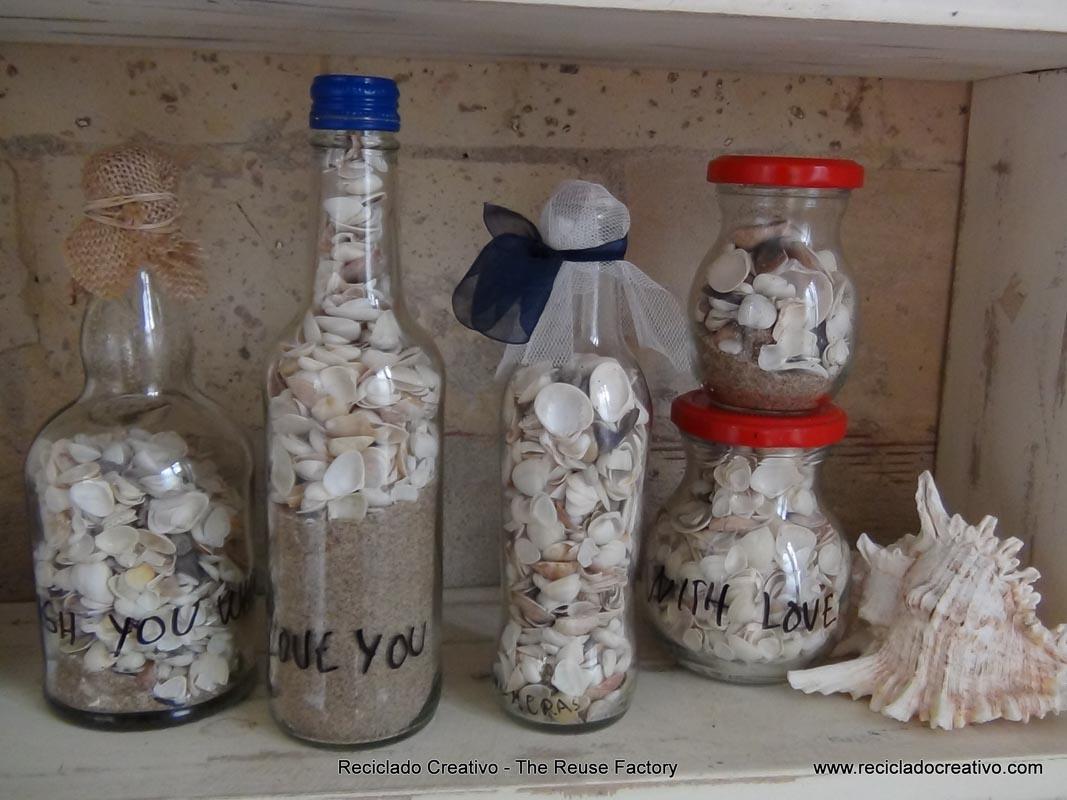 Recuerdos de la orilla de la playa, conchas, piedras y arena . Seashore treasures