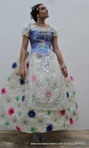 Traje de fallera valenciana #ecofallera con material reciclado - Fallera dress made out of 180 plastic bottles