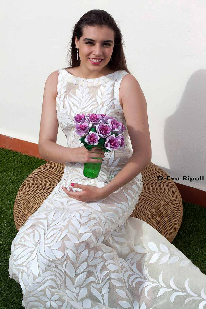 Vestido de novia con vasos de plástico desechable